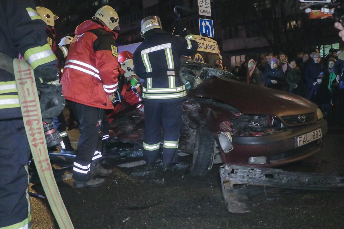 В субботу, 16 февраля, в Киеве на перекрестке улиц Перова и Кибальчича произошло ДТП