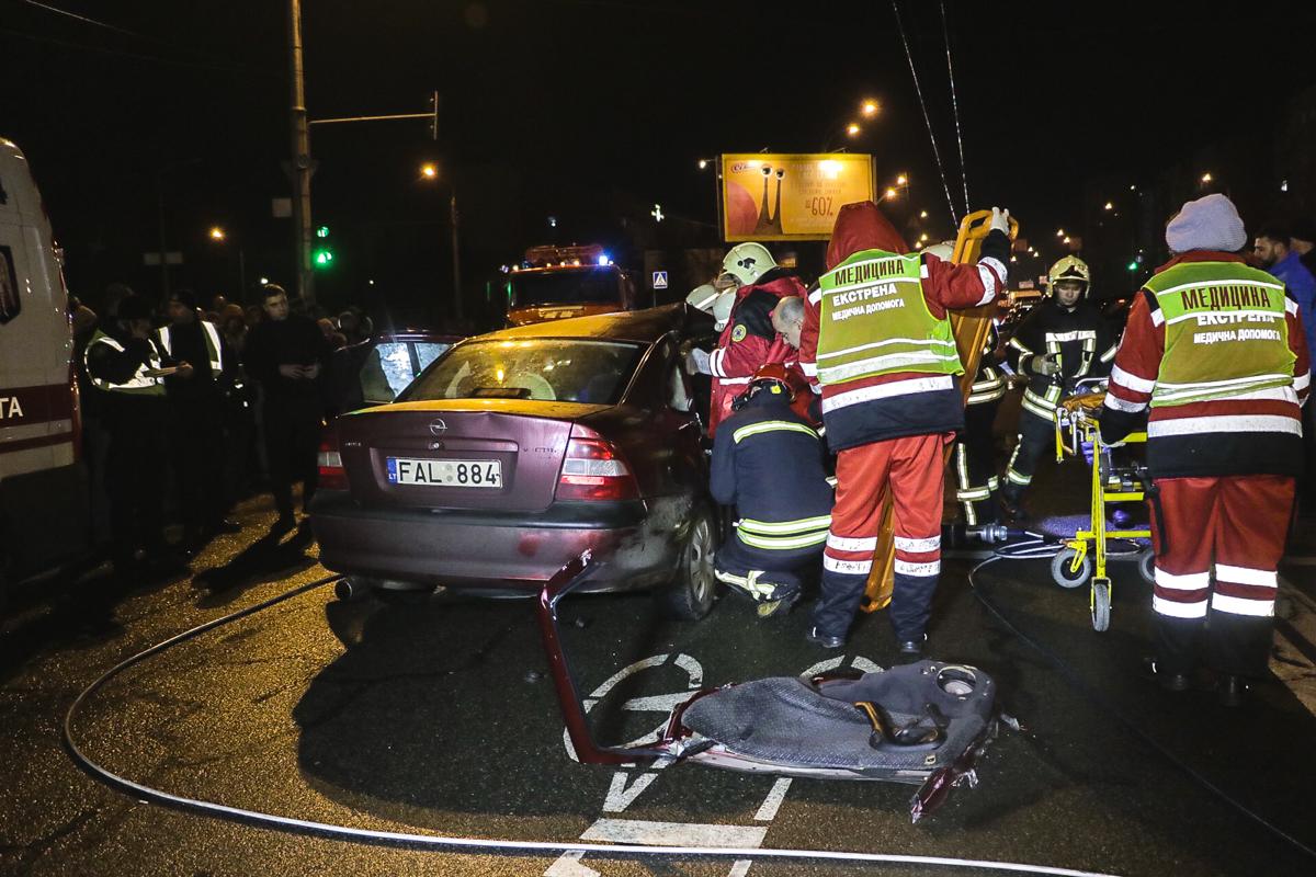 Водителя и пассажира Opel спасатели вырезали около часу