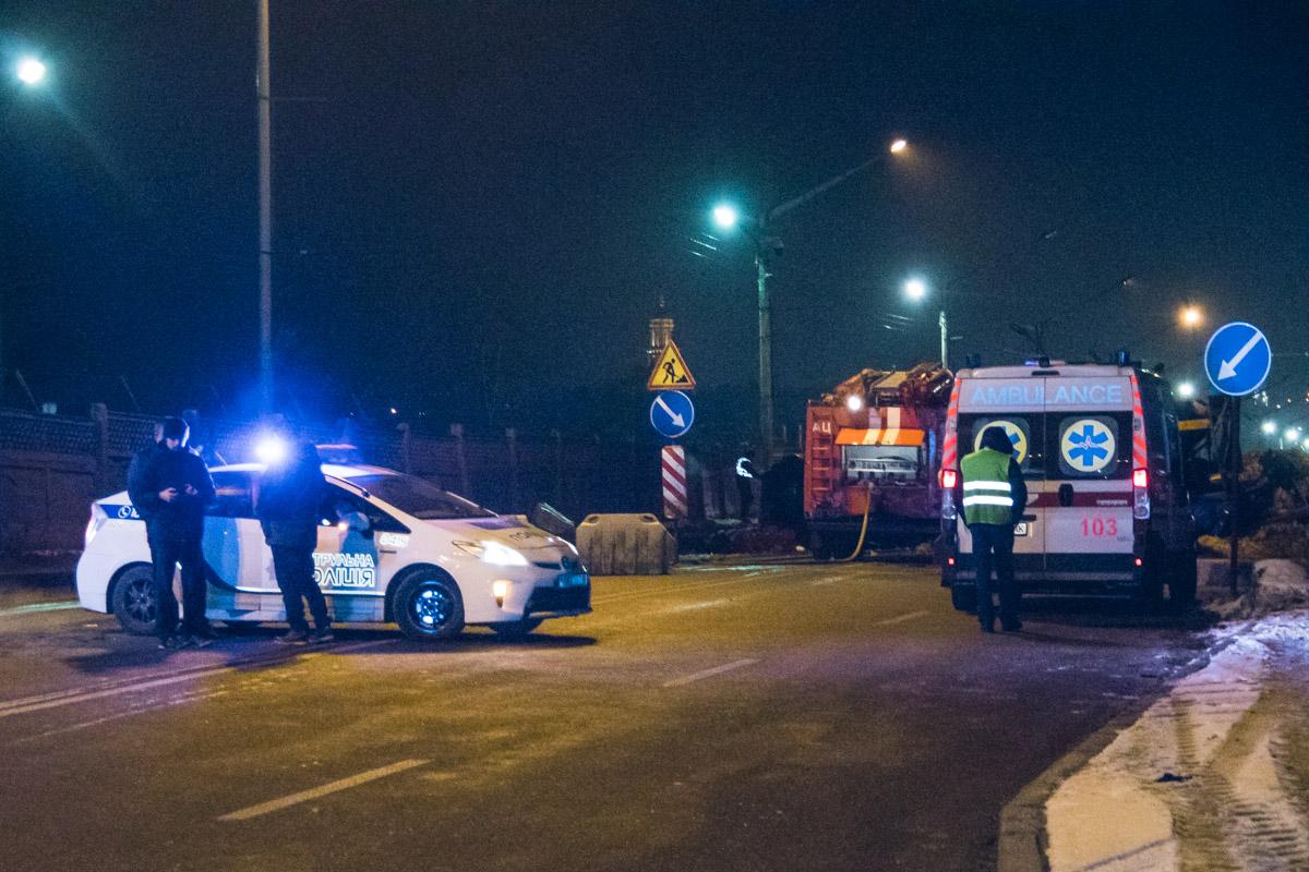На место происшествия прибыли полицейские, медики и спасатели