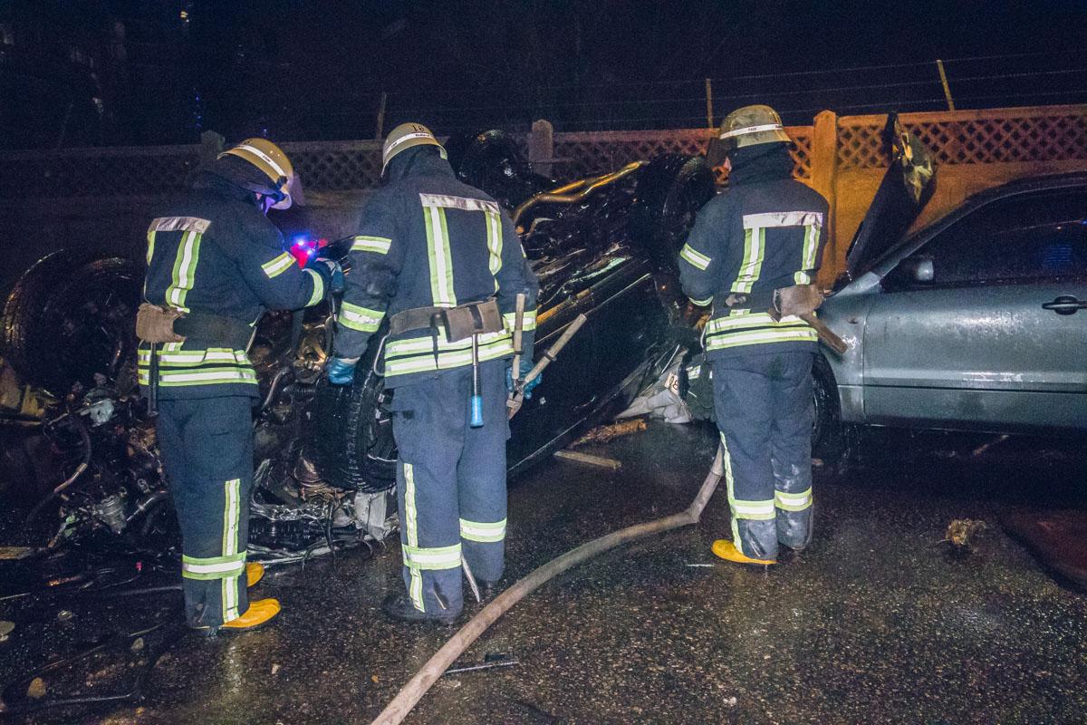 На месте все еще работают спасатели, которые ликвидируют возможные последствия аварии