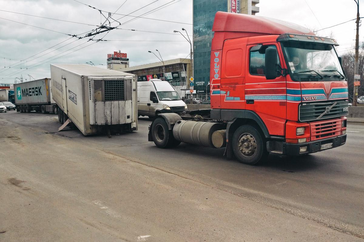 Возле заправочной станции КLO полуприцеп вырвался из сцепки и остановился посреди дороги