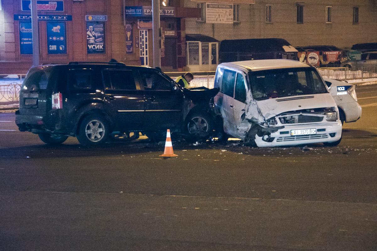 10 февраля в Киеве на пересечении улиц Радунская и Лисковская Mersedes-Benz Vito попытался повернуть на перекрестке, не уступив дорогу Honda Pilot