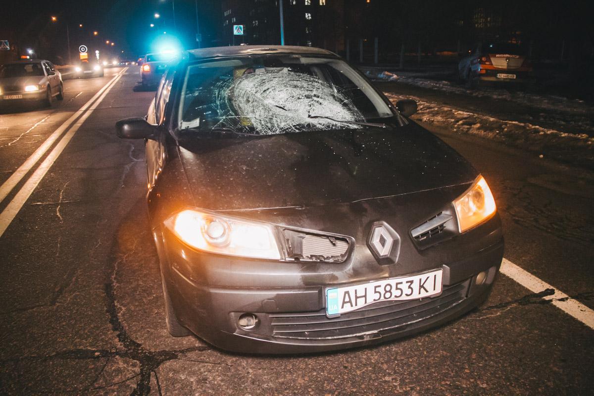У машины повреждено лобовое стекло