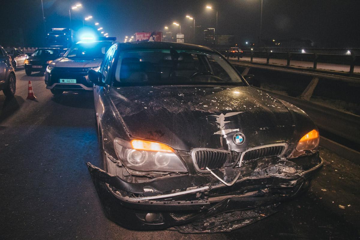 Водитель BMW влетел в три стоящие в ряд машины