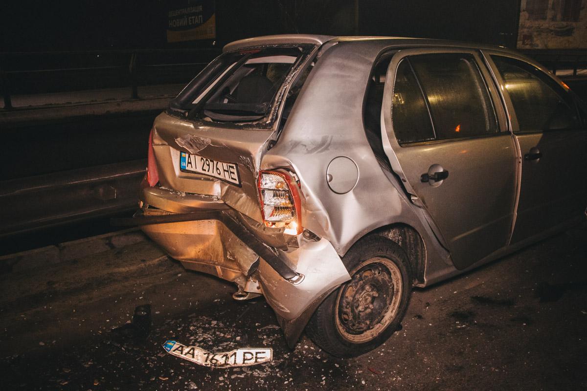 Fabia ударила стоящий впереди Nissan, а тот врезался в автомобиль патрульной полиции