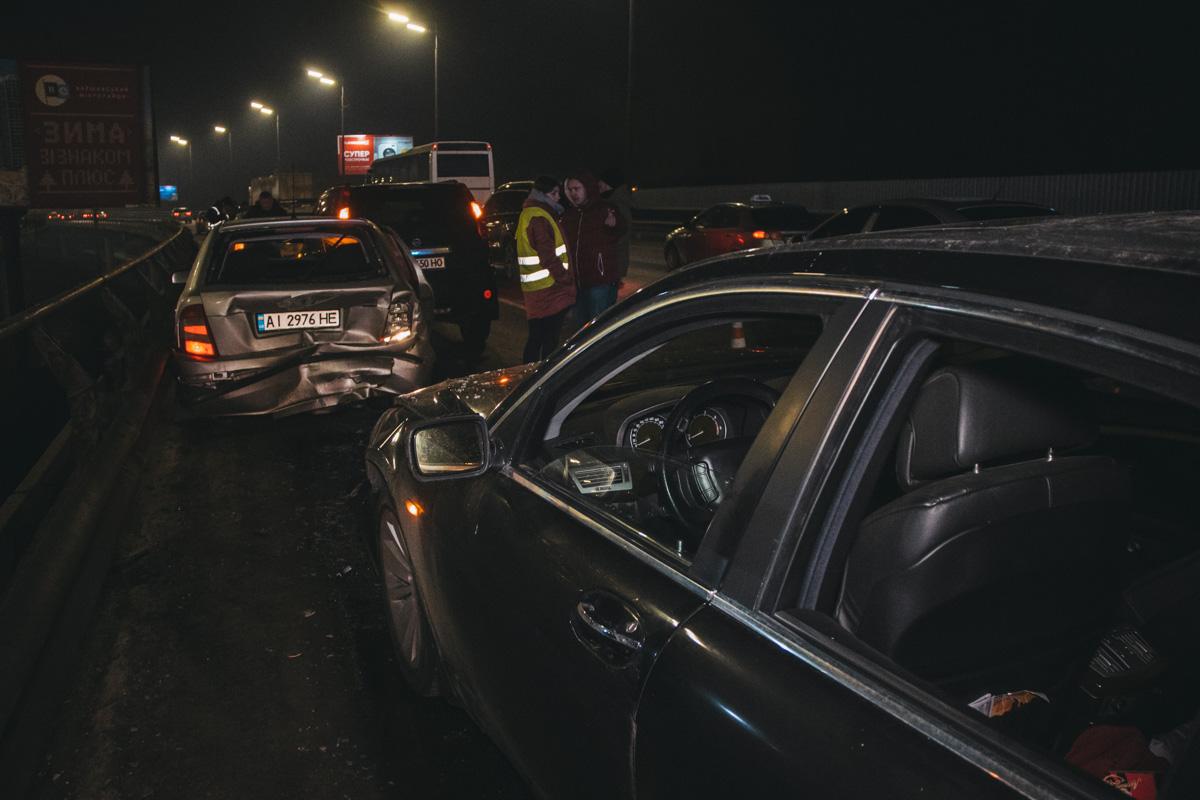 В Киеве на Южном мосту произошло ДТП с участием автомобилей Skoda Fabia, BMW, Nissan и полицейского Prius