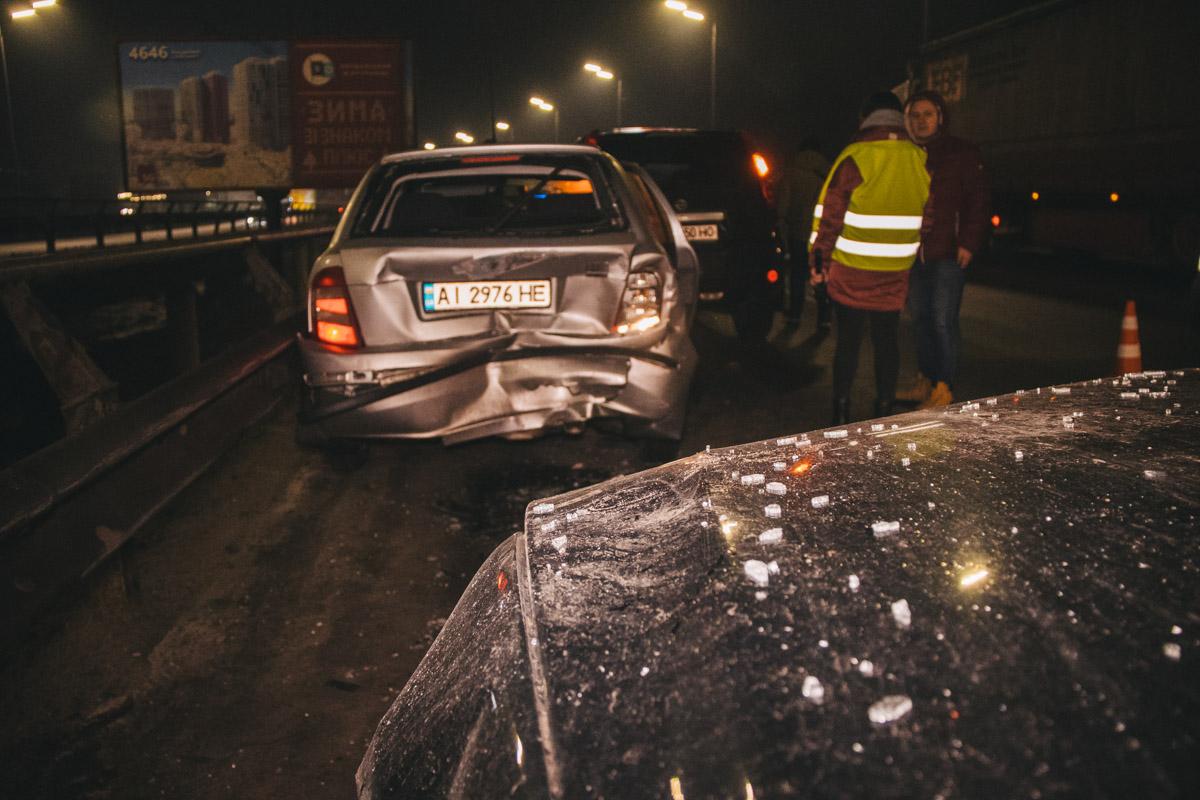 Правоохранители оформляли аварию Skoda и Nissan, когда водитель BMW на большой скорости влетел в стоящие машины