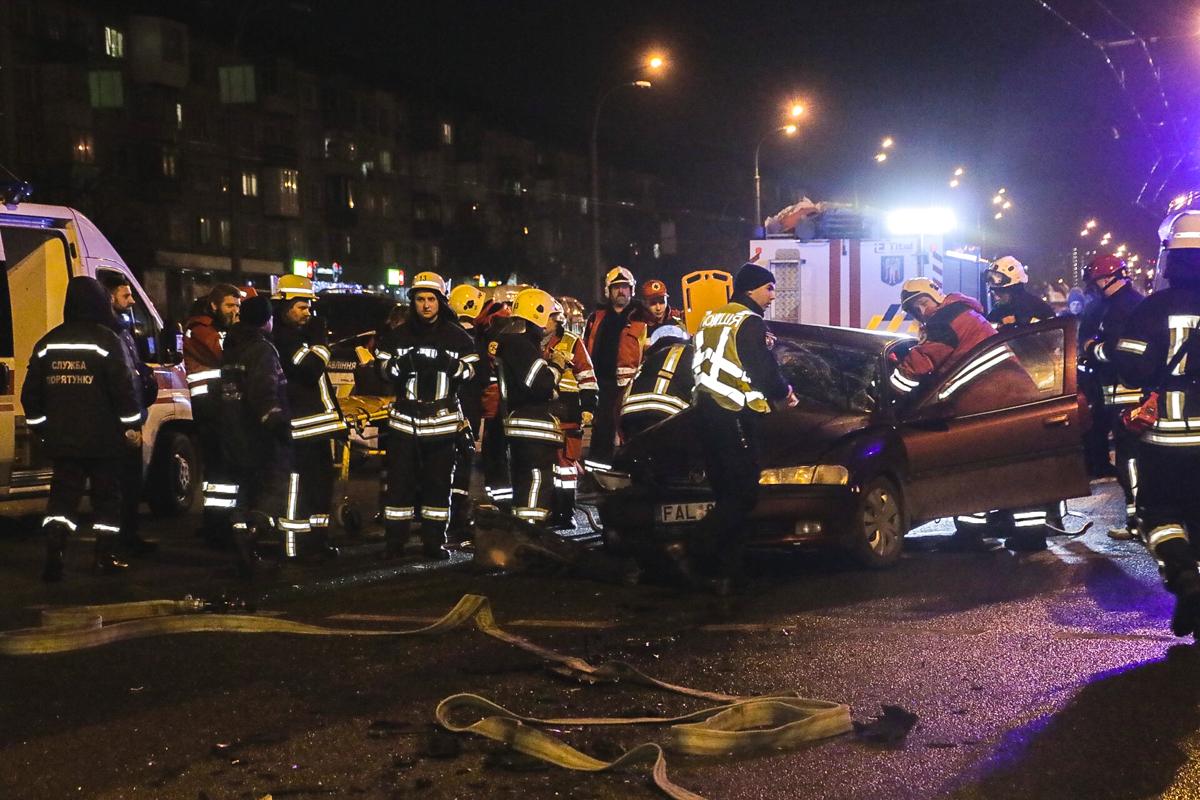 ВодительBMW сильно не пострадал, а пассажир и водительOpel оказались зажаты в машине