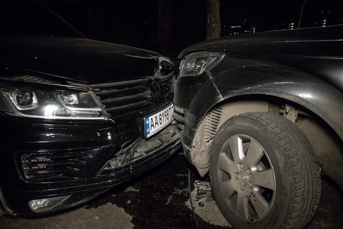 Причем водитель Volkswagen не затормозил даже после столкновения, а продолжил таранить Q7