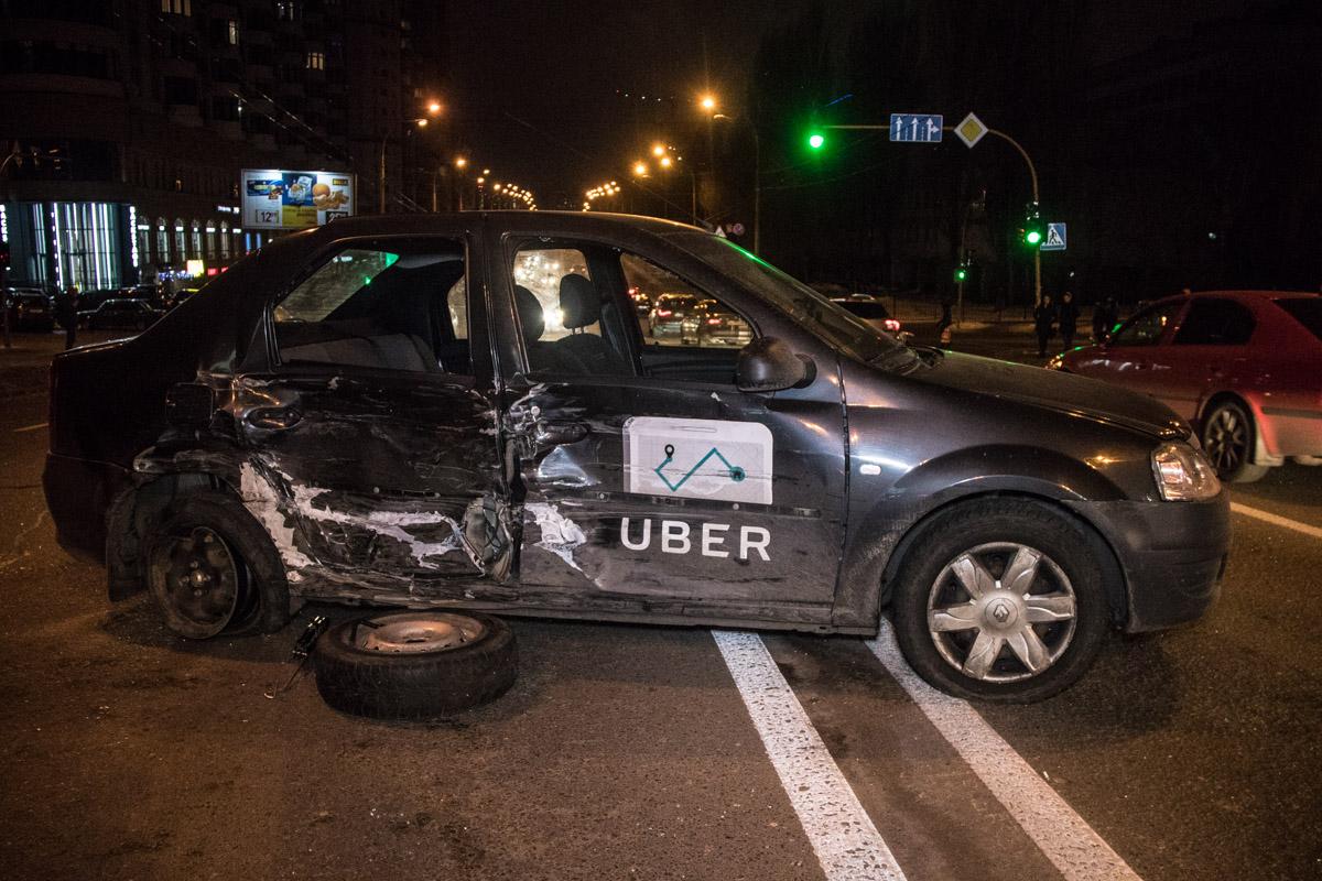 СтолкнулисьMitsubishi ASX иRenault Logan службы такси Uber