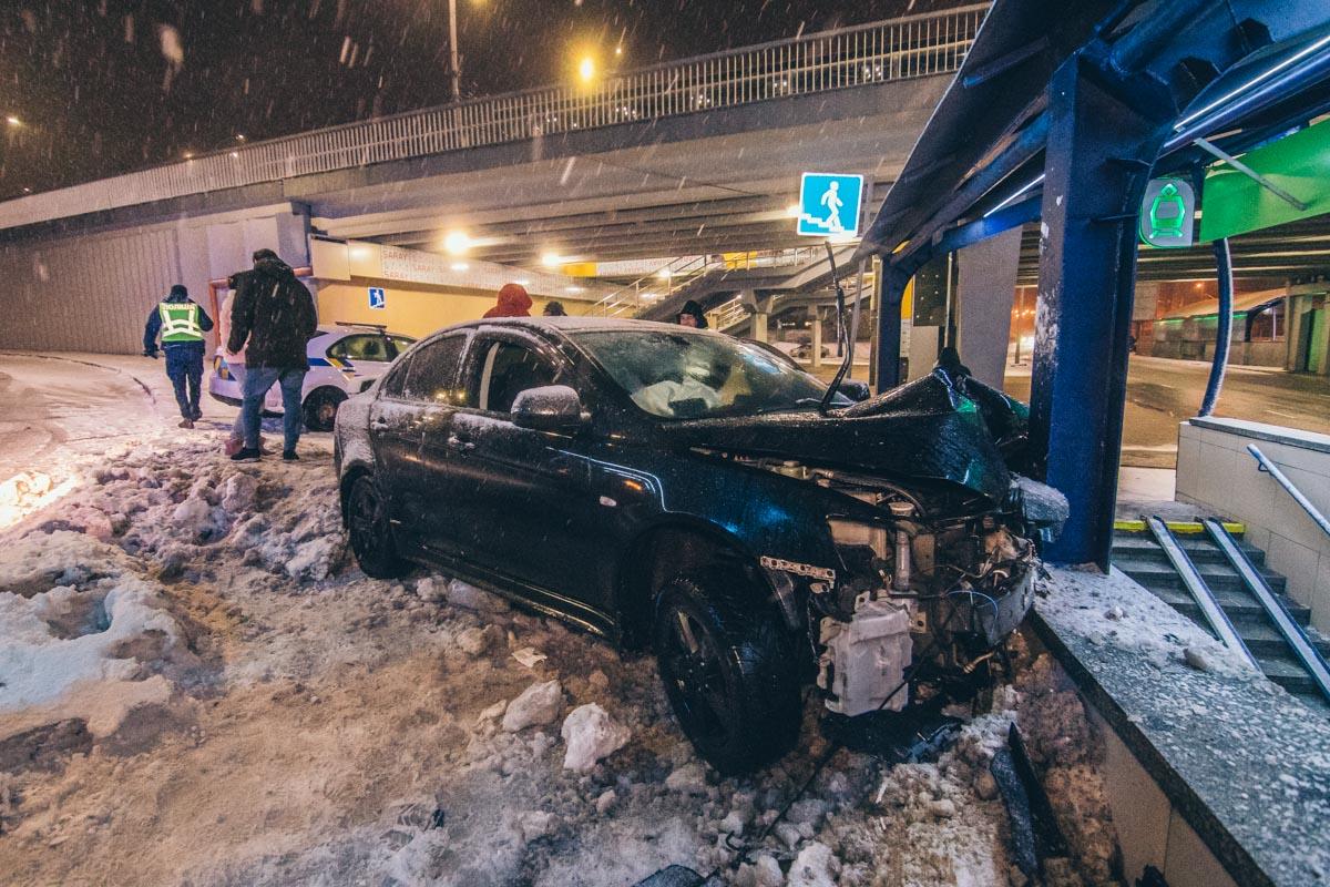На пресечении проспекта Космонавта Комарова и бульвара Вацлава Гавела произошла авария с участием автомобиляMitsubishi Lancer