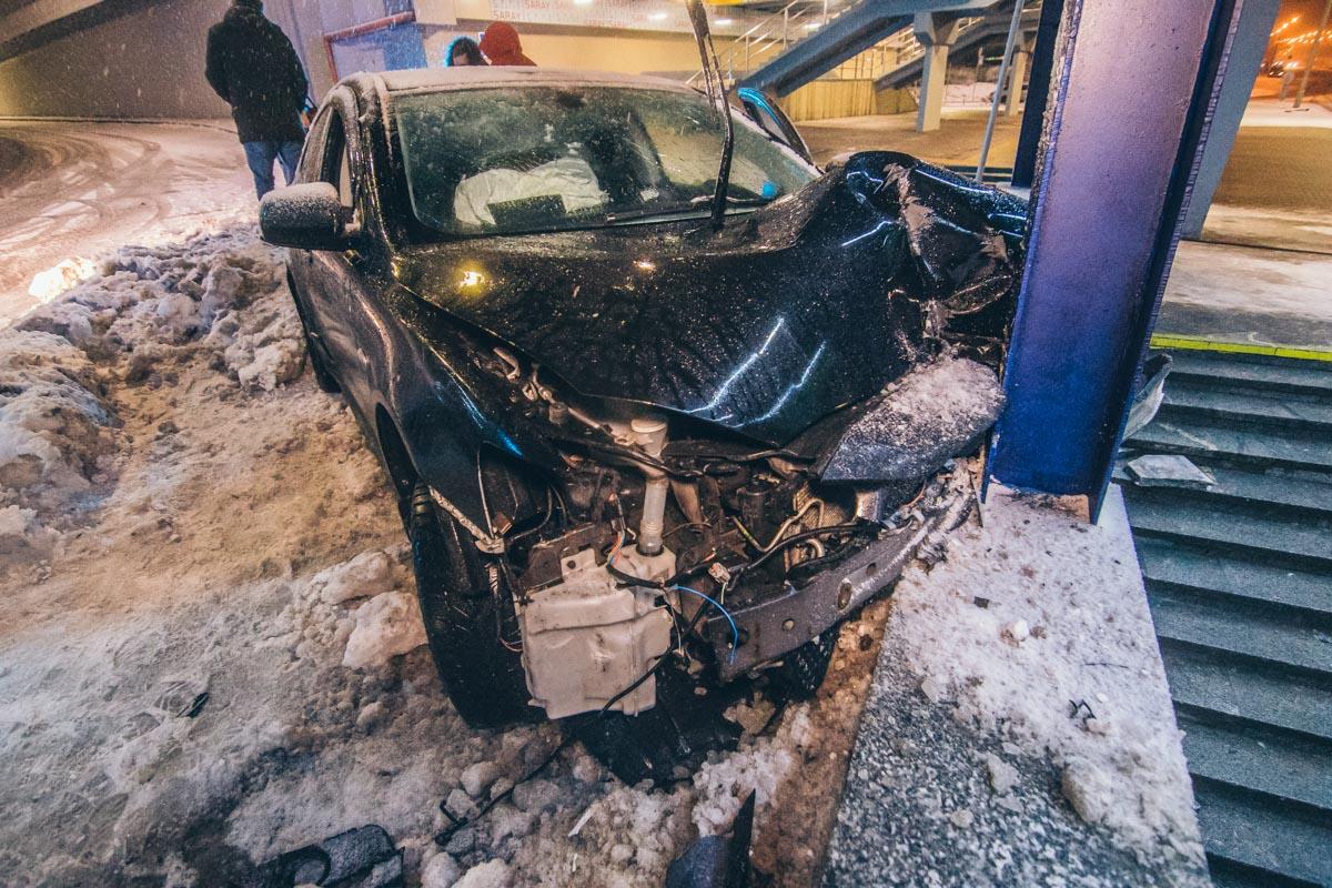 Водитель не справился с управлением и влетел в подземный пешеходный переход