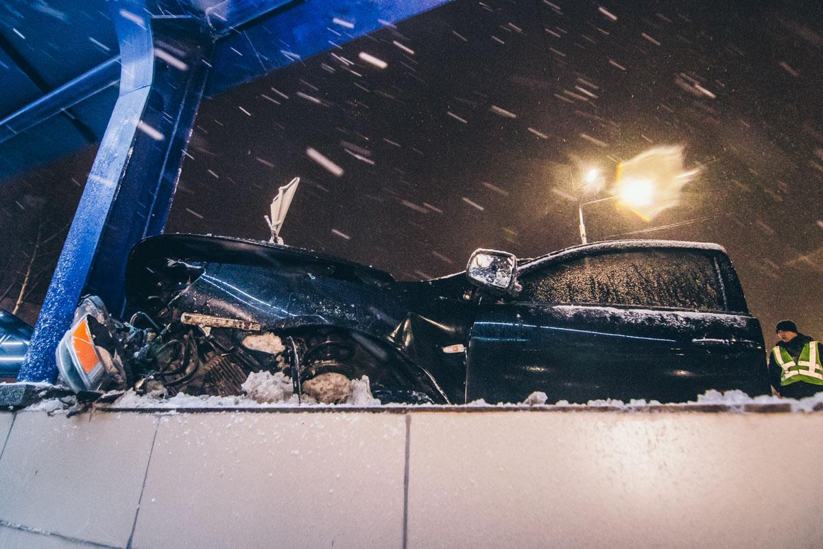 Автомобиль получил серьезные повреждения передней части от столкновения с опорой перехода