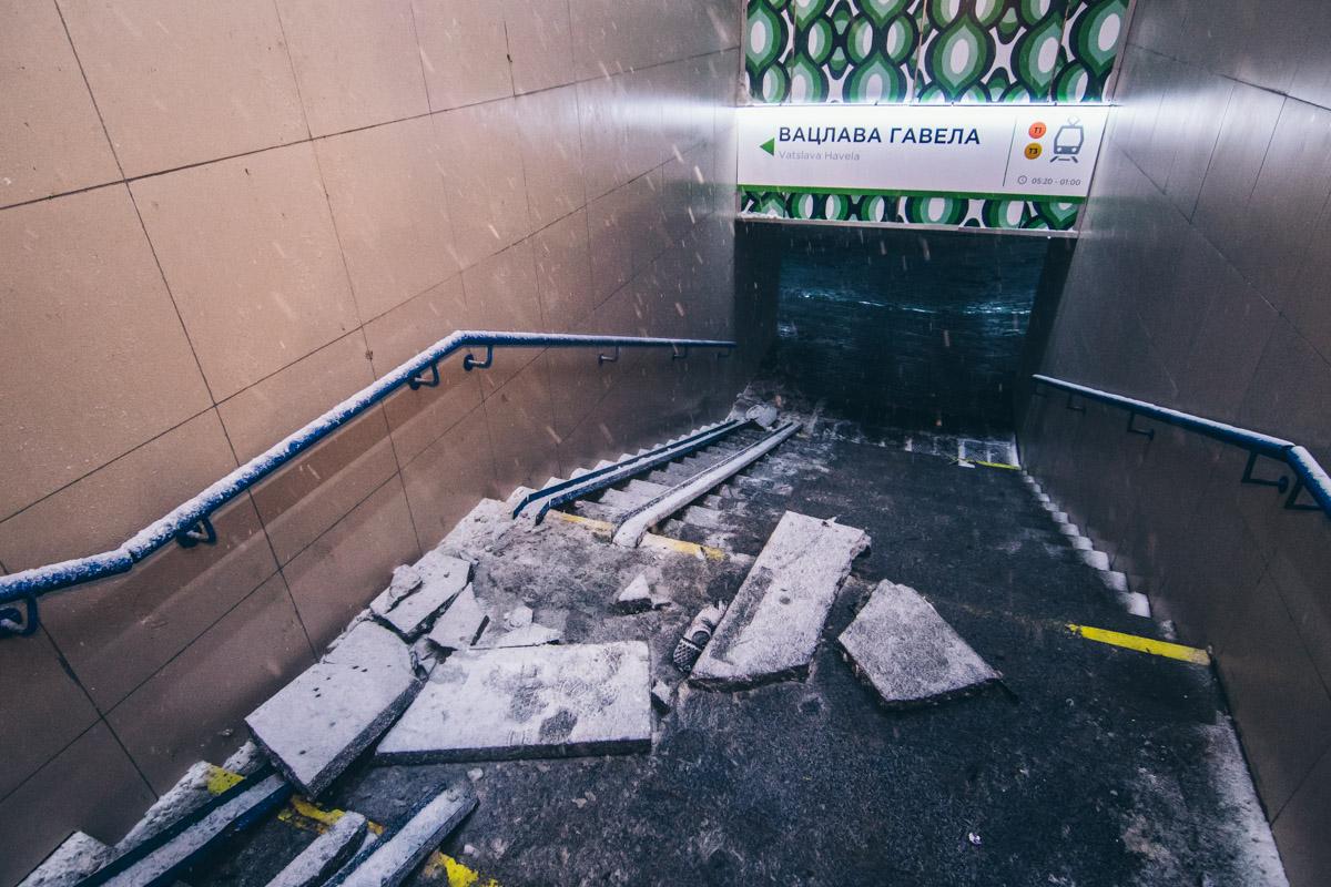 Вход в подземный пешеходный переход также был поврежден столкновением с автомобилем