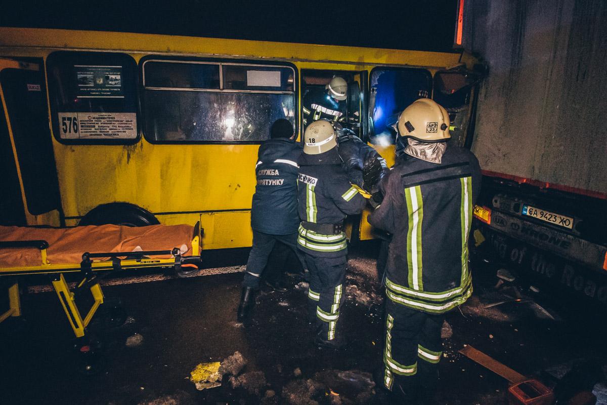 Кроме того, в аварии пострадали еще около пяти пассажиров