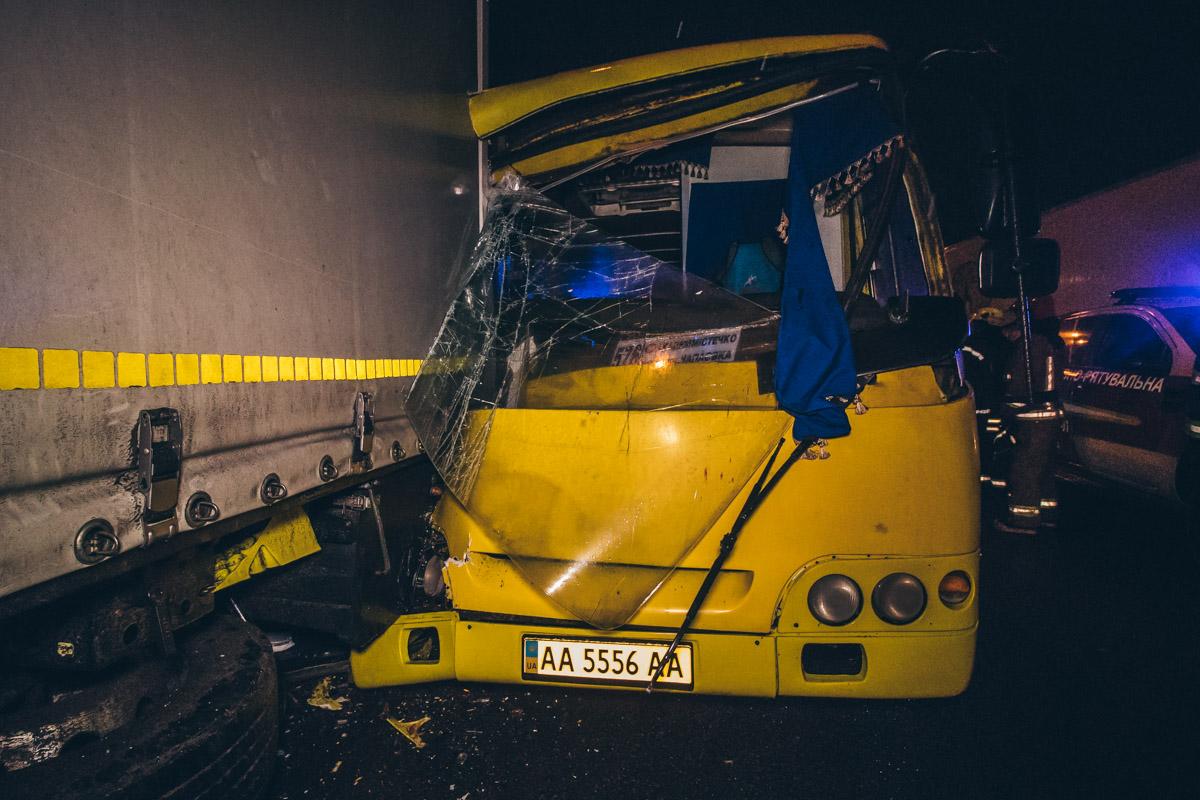 Маршрутка №576 с пассажирами врезалась в фуру.
