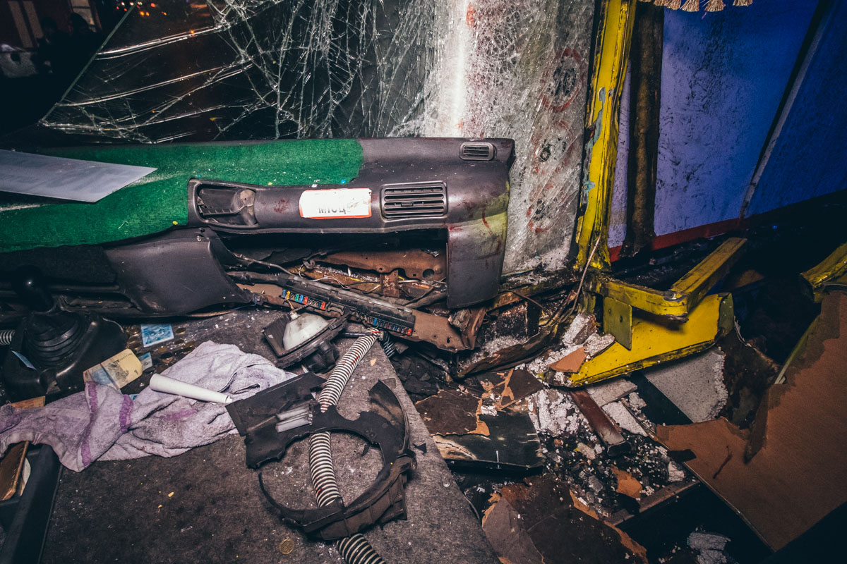 От удара у маршрутки вылетело лобовое стекло, а мужчину, который сидел справа от водителя, зажало между сиденьями