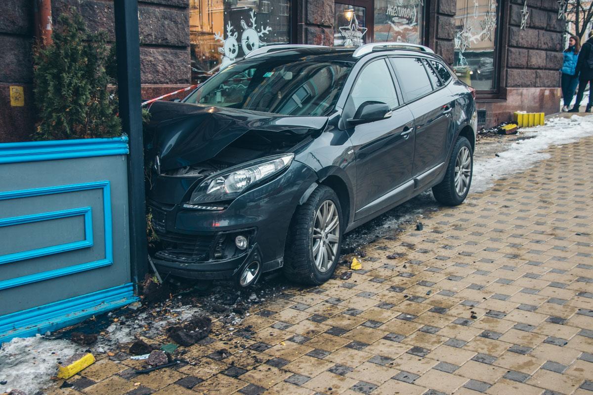 В центре Киева Renault вылетел на тротуар и влетел в террасу ресторана