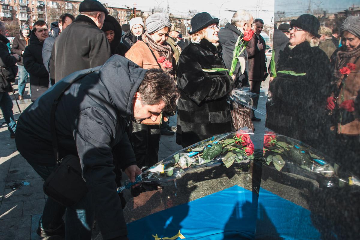 Множество неравнодушных людей собрались почтить память Елены