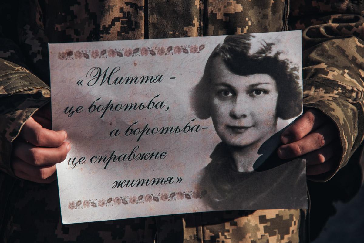 Воины стояли с изображением писательницы в руках