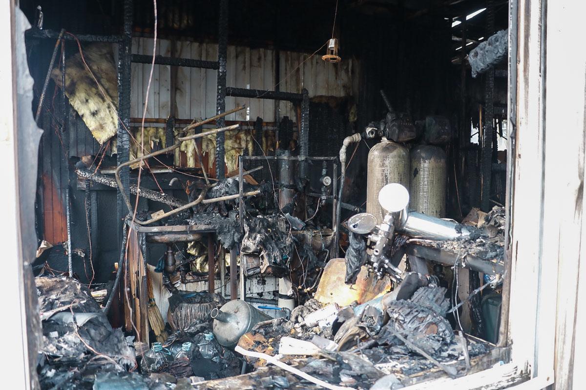 По прибытию на место удалось установить, что огонь охватил торговые помещения на площади 70 квадратных метров