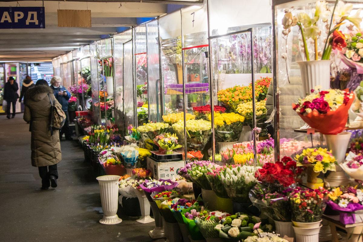 """Мы проверили цены на цветы в магазинах на Бессарабском рынке, в переходе на станции метро """"Площадь Льва Толстого"""", в бутике """"La Peonia"""" и в интернет-магазине"""