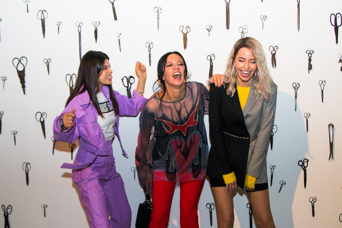 Классические штаны ирубашка смодным принтом: Надя Дорофеева посетила UFW