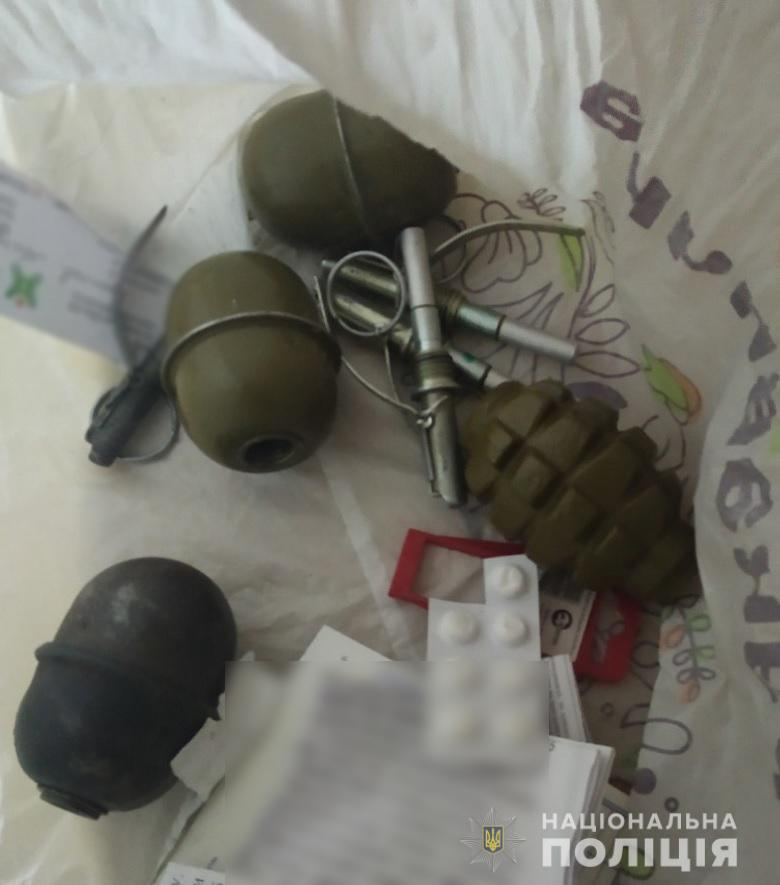 В Киеве на Оболони мужчина в состоянии алкогольного опьянения пытался продать военные гранаты