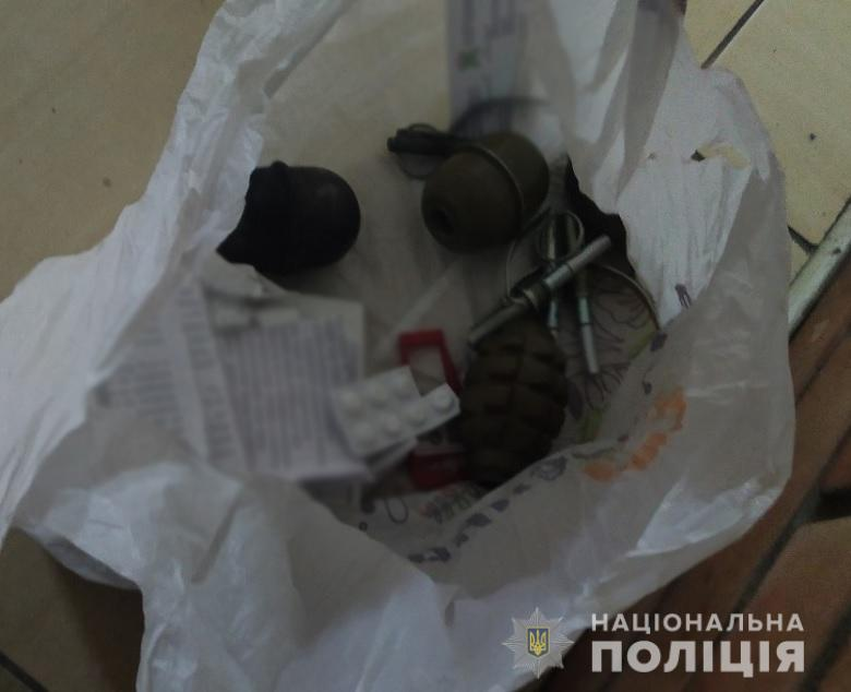 При задержании у мужчины нашли 4 корпуса гранаты и запалы к ним