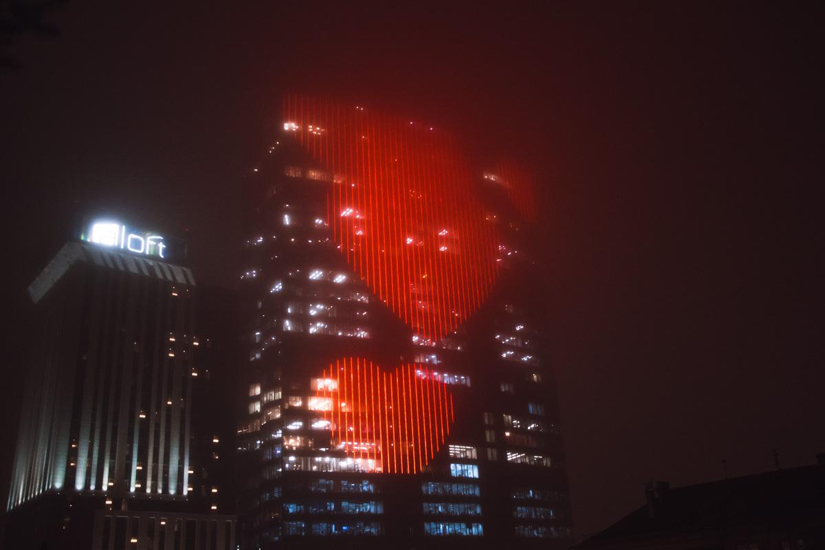 """В четверг, 14 февраля, в центре Киева на информационном табло ТРЦ """"Gulliver"""" появилось огромное изображение сердца"""
