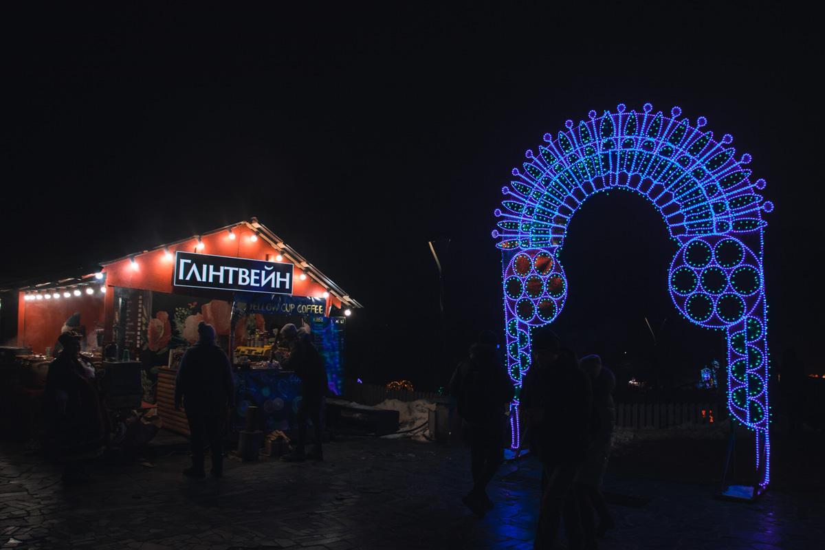 В центре Киева в День всех влюбленных появились уникальные световые инсталляции