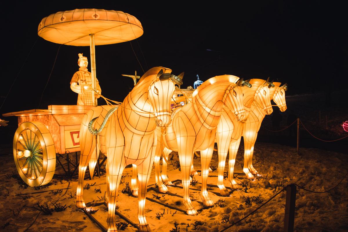 Инсталляции символизируют древние народные сказки и легенды Китая