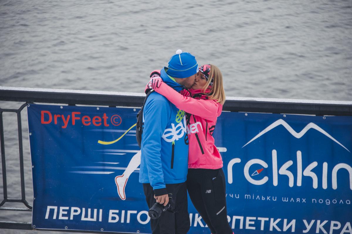 Преодолев финишную прямую, пары поздравляли друг друга жаркими объятиями и поцелуями