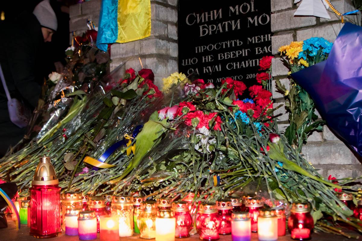 Дойдя до аллеи Небесной Сотни, люди оставили цветы у мемориала почтили память погибших минутой молчания