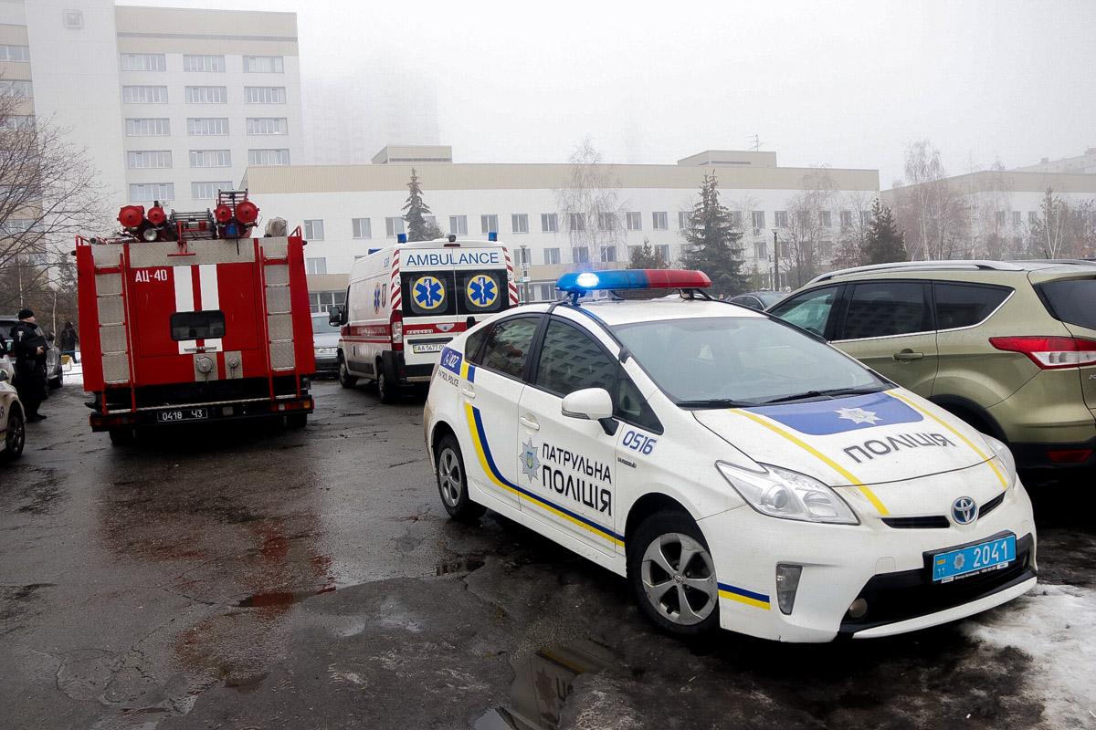 На месте дежурят пожарные, медики и полицейские