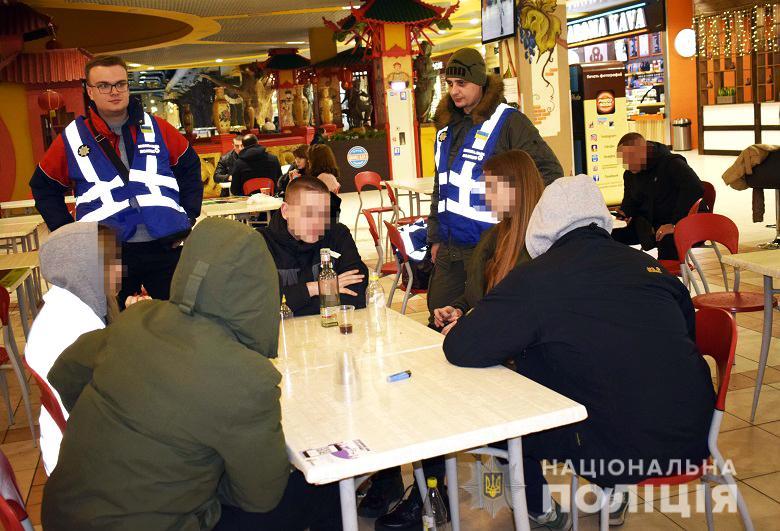 На Оболони вDreamTown полицейские заметили несовершеннолетних, которые распивали спиртные напитки