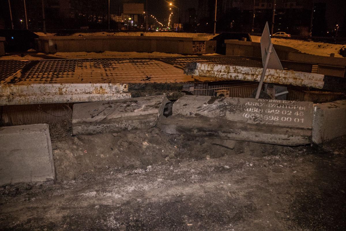 Автомобиль снес бетонный бордюр и отбойник