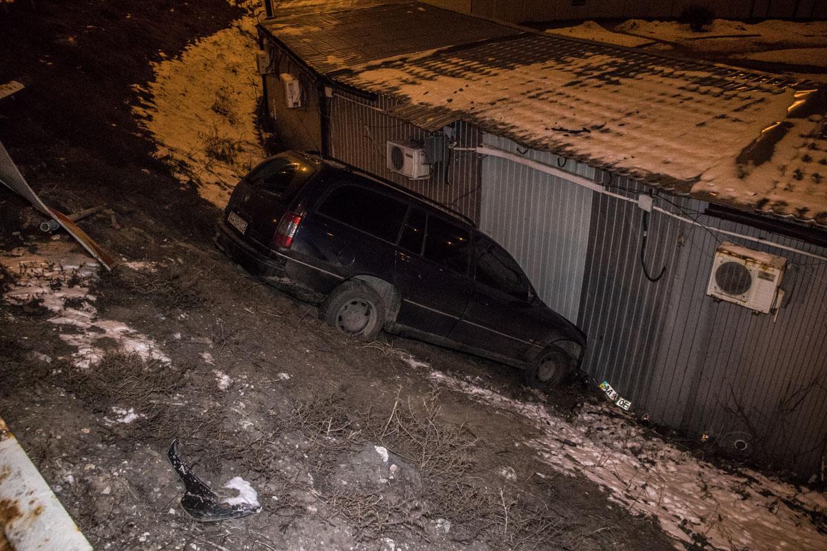 В ночь на 10 февраля в Киеве на пересечении проспекта Владимира Маяковского и Теодора Драйзера Opel улетел в переход