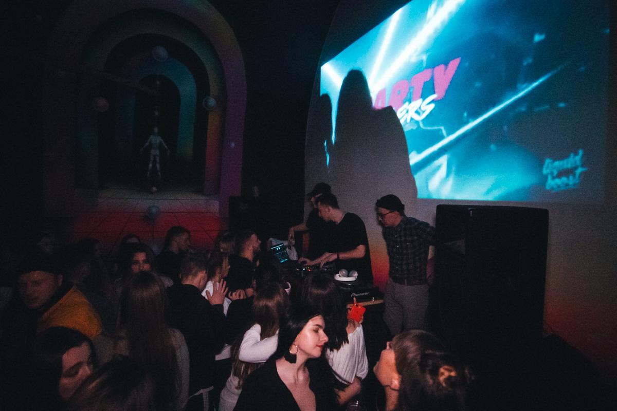 В День Святого Валентина ночные клубы, рестораны и караоке-залы Киева заполнили влюбленные пары и одинокие люди