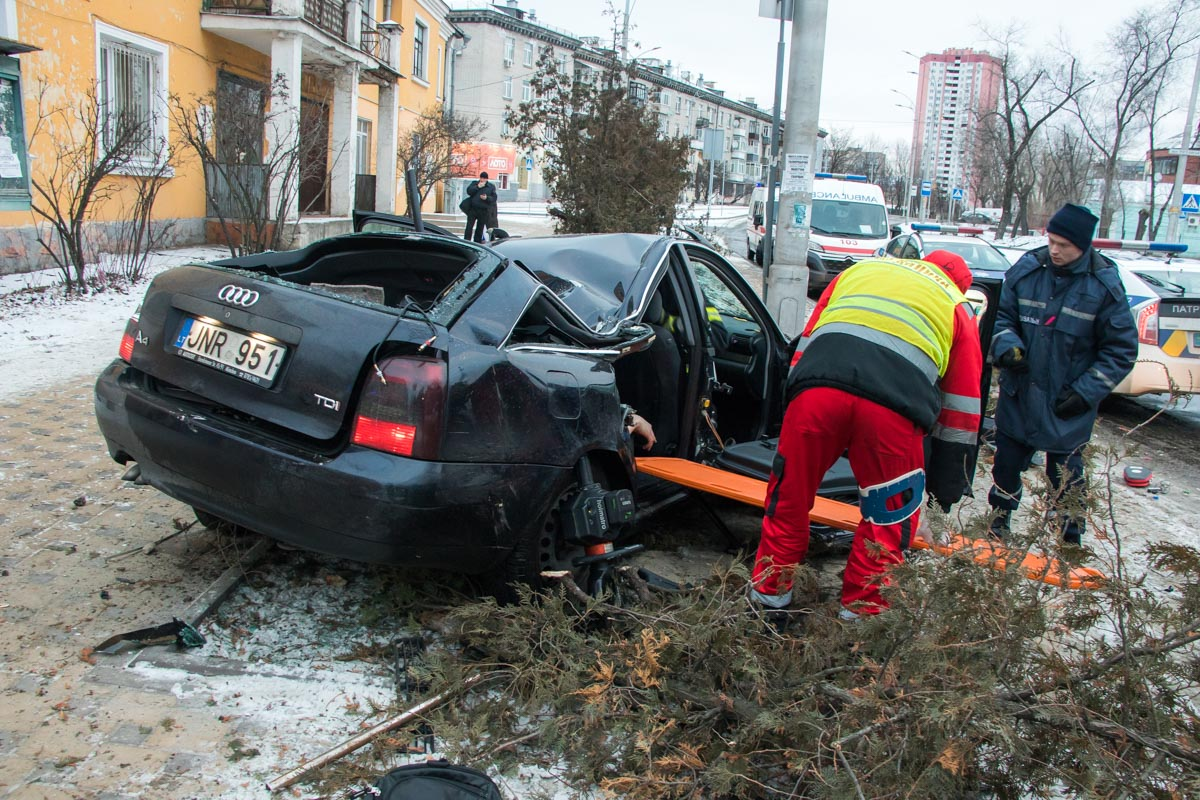 Пассажира легковушки вырезали спасатели