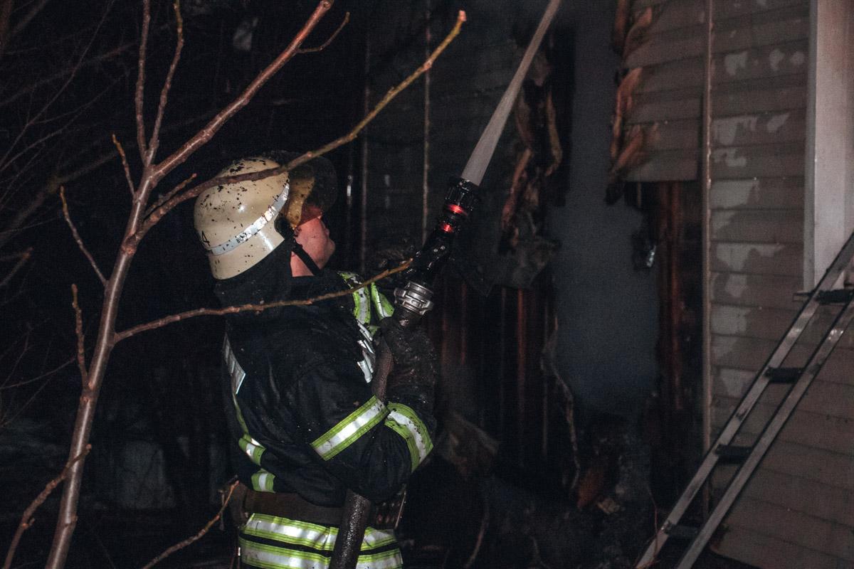 Вблизи места инцидента не было гидрантов, из-за этого пожарным пришлось подвозить воду