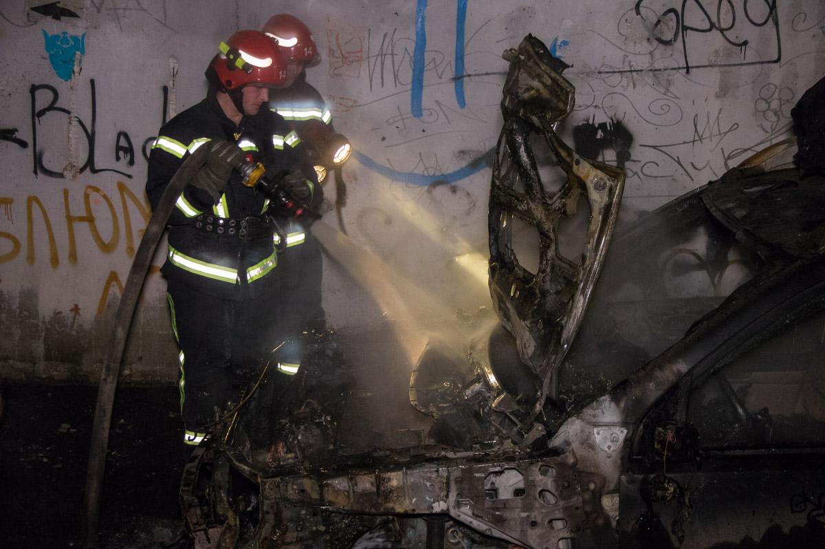 Около 03:00 огонь вспыхнул под капотом Nissan X-Trail, а после перекинулся на припаркованный рядом Chrysler