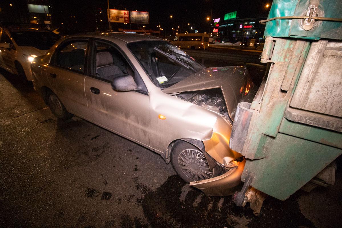 В момент аварии фура стояла в среднем рядку, так как оформлялось ДТП с другой машиной по европротоколу
