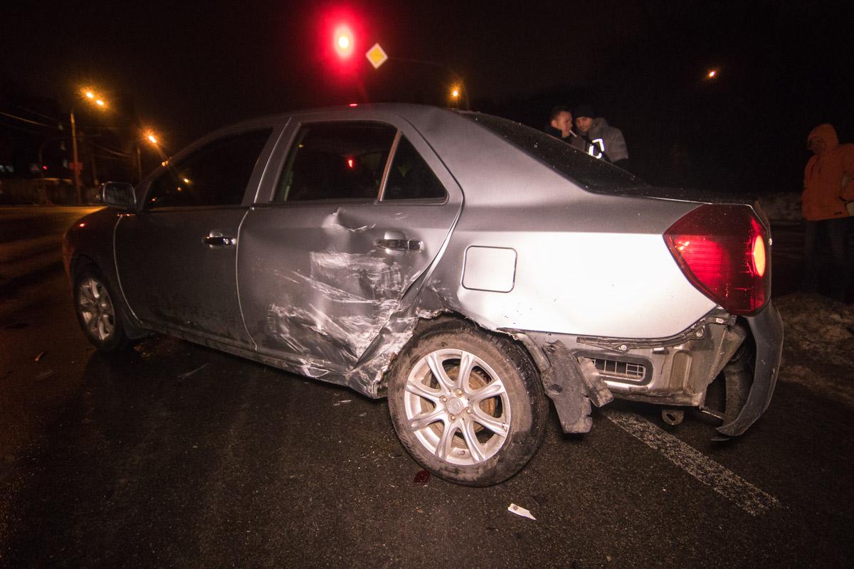 После первого удараDodge врезался вGeely, которая ехала в сторону проспекта Лобановского