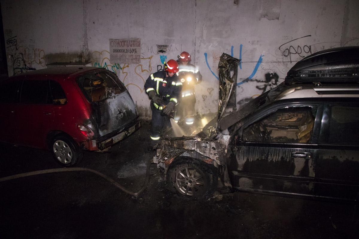 В ночь на 18 февраля в Киеве во дворе жилого дома на улице Ярославская горели две машины
