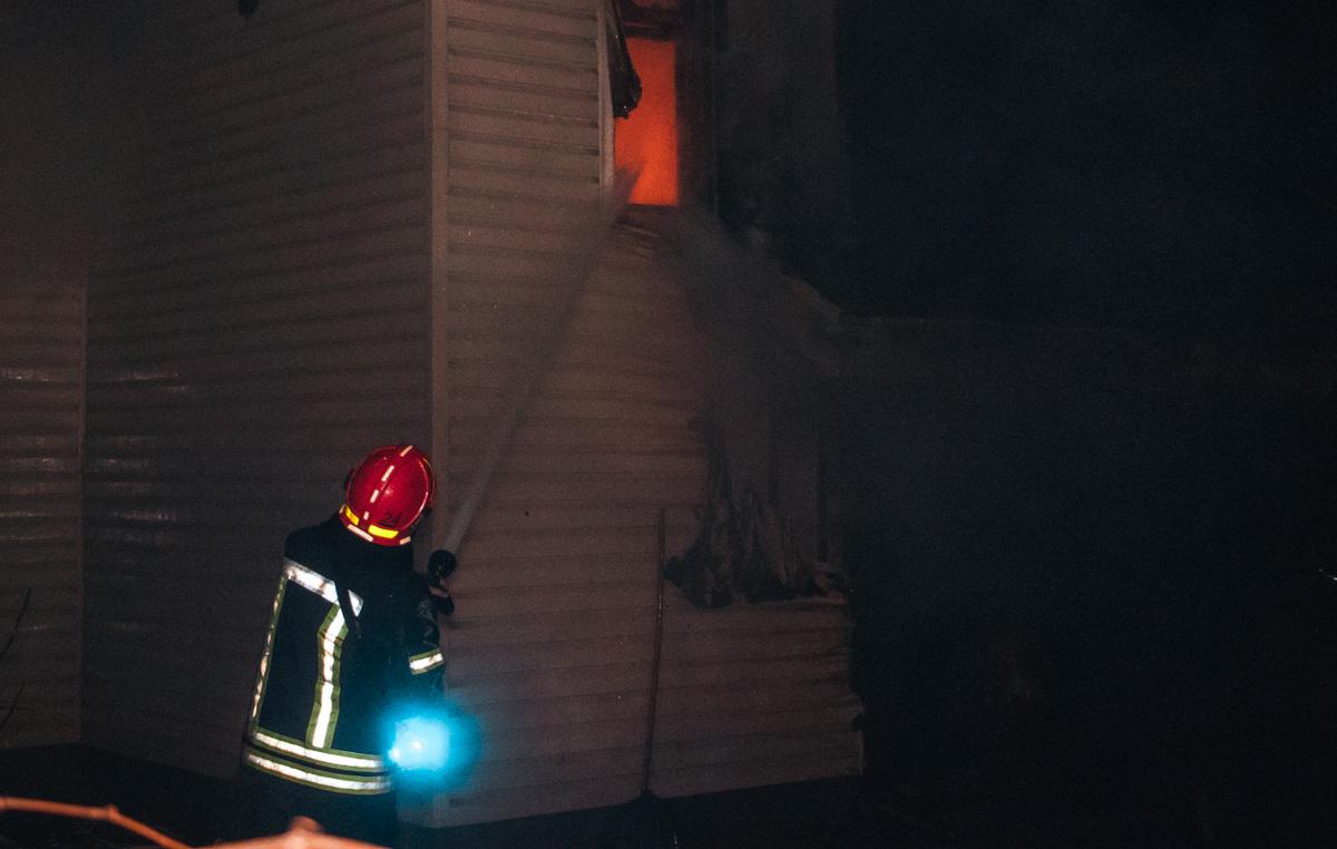 Огонь полностью охватил двухэтажный дом