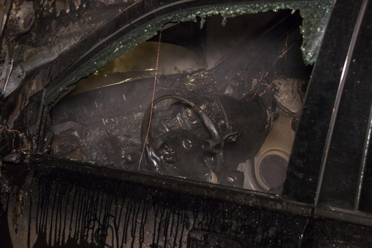Пожарным удалось быстро ликвидировать пожар, однако огонь серьезно повредил Nissan