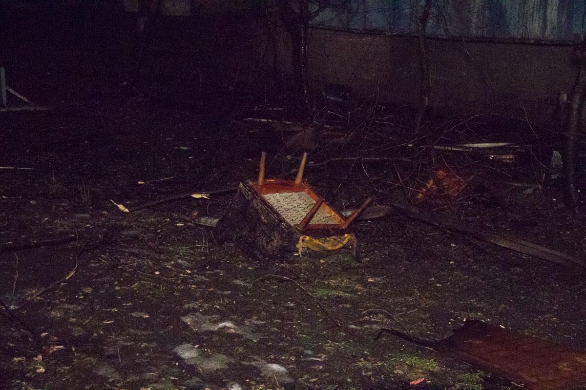 Спасателям удалось сбить пламя и не дать ему распространиться на квартиры