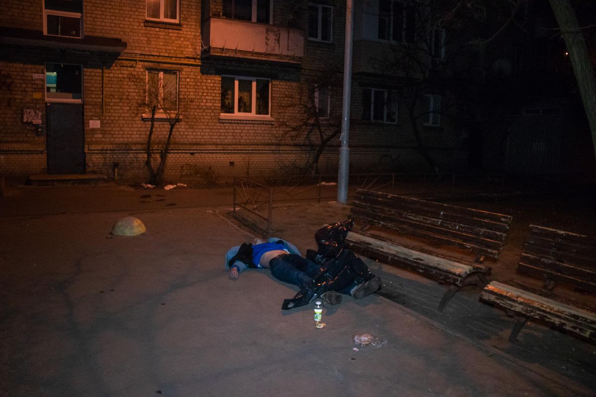 Тело лежало во дворе возле лавочки