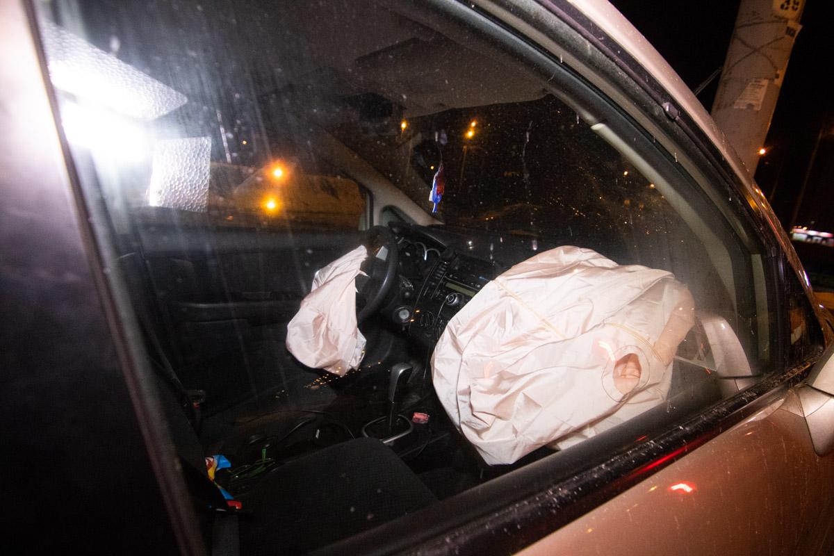 В момент аварии в машине был водитель и девушка пассажир, но госпитализация понадобилась лишь мужчине
